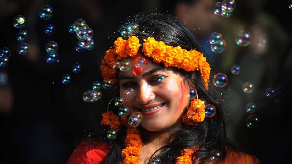 Mulher com roupa e jóias tradicionais durante Festival da Primavera em Daca, Bangladesh