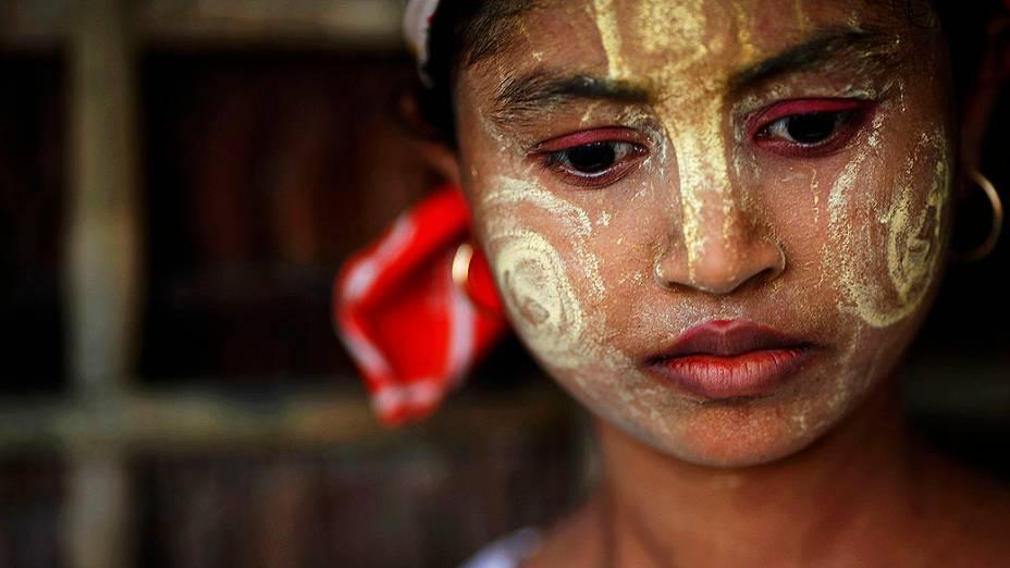Menina com rosto pintado, na aldeia de Takebi norte da cidade de Sittwe durante confrontos entre budistas e muçulmanos em Mianmar