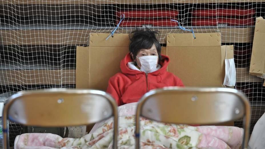 Mulher em um ginásio usado como abrigo na cidade de Otsuchi, Japão