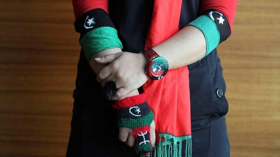 Em Trípoli, mulher vestida com as cores da nova bandeira da Líbia, durante o primeiro congresso nacional do povo para o reconhecimento de sua língua e cultura
