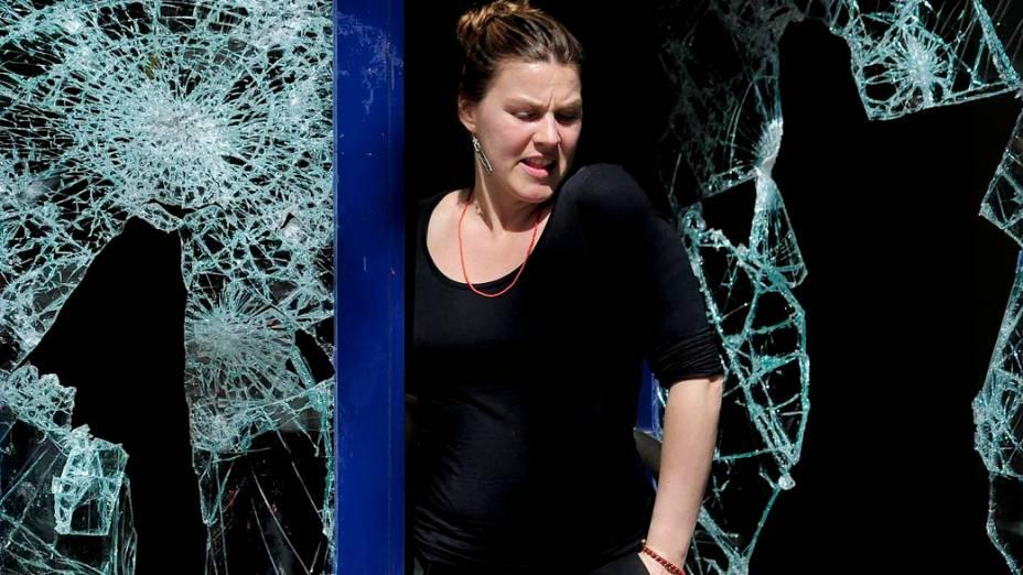 Mulher em agência bancária atingida durante a greve geral na Espanha