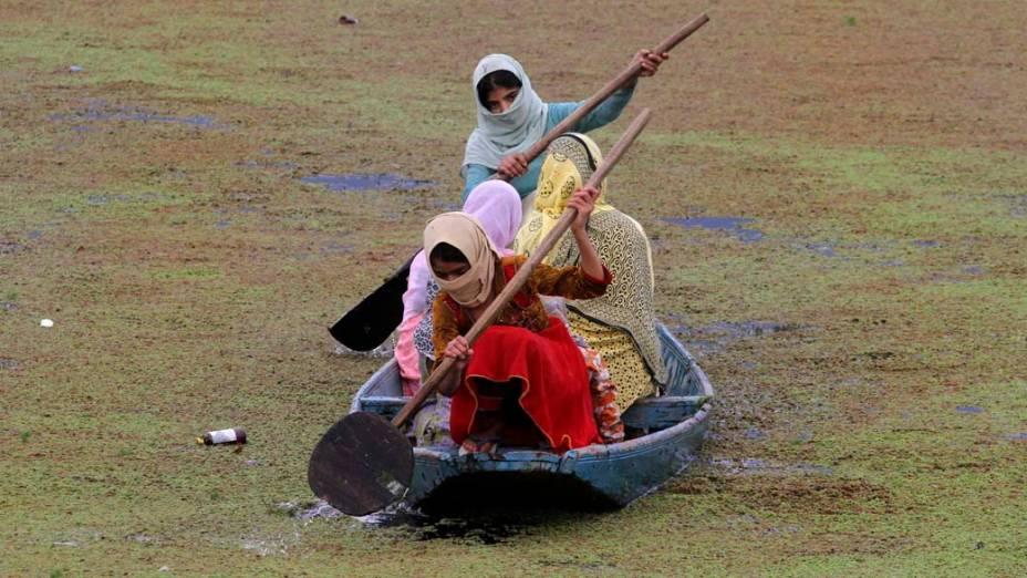 Mulheres a caminho do mercado em Srinagar, na Índia