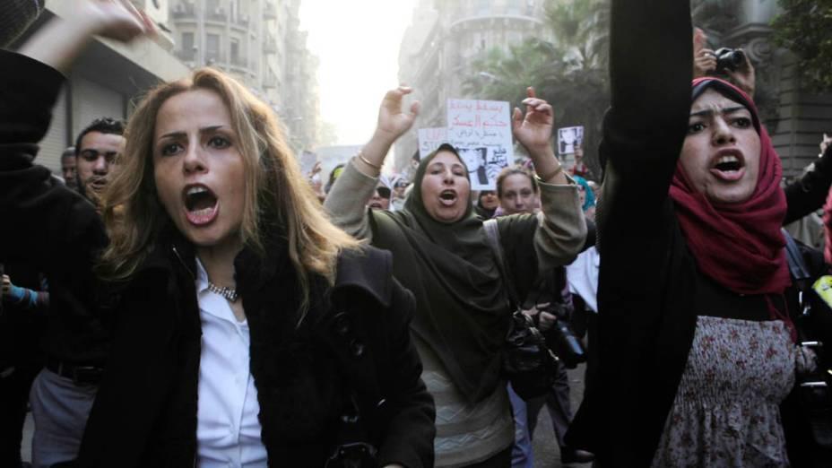 Mulheres durante protesto contra as violações do conselho militar aos direitos das manifestantes do sexo feminino no Cairo, Egito