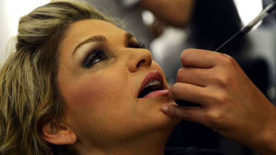 Andréa Nóbrega com maquiadora antes de sessão de fotos