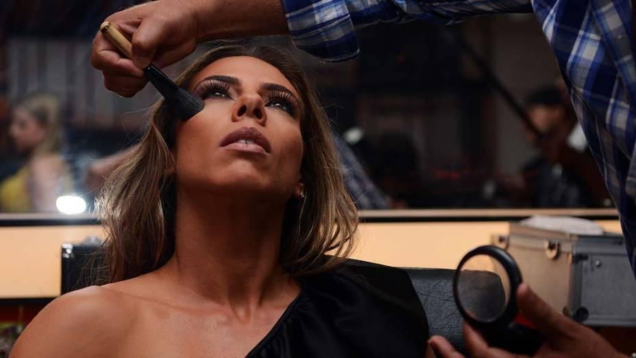 Mariana Mesquita com maquiador antes de sessão de fotos na Bandeirantes