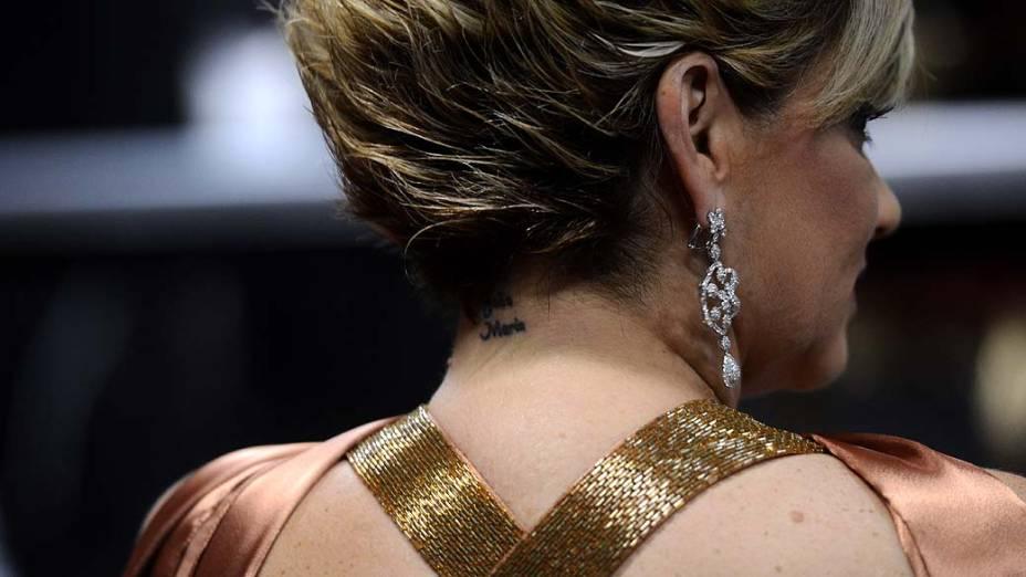 Tatuagem na nuca de Andréa Nóbrega com o nome de seus filhos