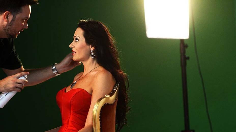 Cozete Gomes e seu cabelereiro durante sessão de fotos na Rede Bandeirantes