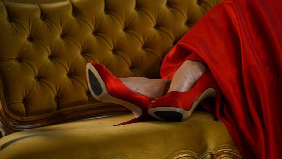 Sapatos de Cozete Gomes durante ensaio fotográfico na Rede Bandeirantes