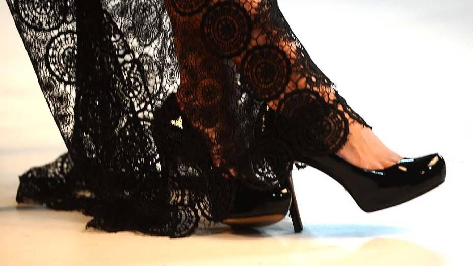 Sapatos de Aeileen Kunkel durante ensaio fotográfico na Rede Bandeirantes