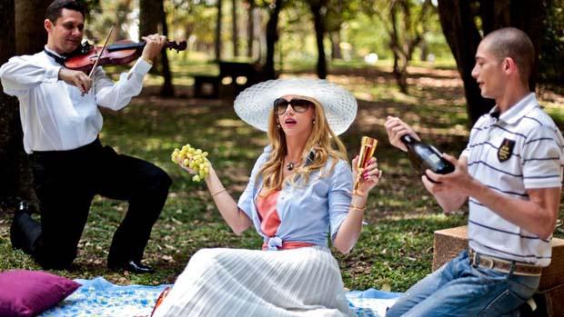 Val toma champagne em sua taça de ouro, durante as gravações do programa Mulheres Ricas no Parque do Ibirapuera