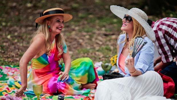 Brunete e Val nas gravações do programa Mulheres Ricas no Parque do Ibirapuera