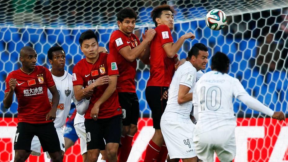 Ronaldinho Gaúcho cobra falta com categoria e marca o gol durante a disputa terceiro lugar no Mundial de Clubes contra Guangzhou Evergrande da China, no Grand Stade de Marrakech (Marrocos)