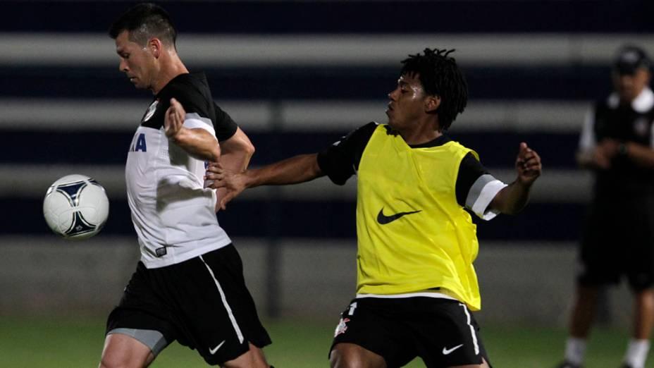 Anderson Polga e Romarinho durante treino do Corinthians em Dubai, Emirados Árabes Unidos