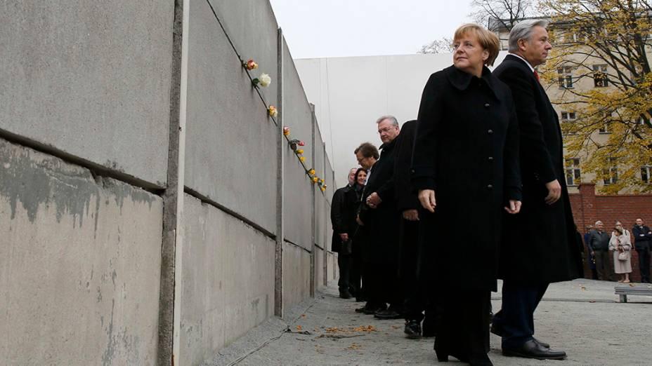 O prefeito de Berlim, Klaus Wowereit (à dir.) e a chanceler alemã, Angela Merkel durante cerimônia que marca o 25º aniversário da queda do Muro de Berlim, em Bernauer Strasse - 09/11/2014
