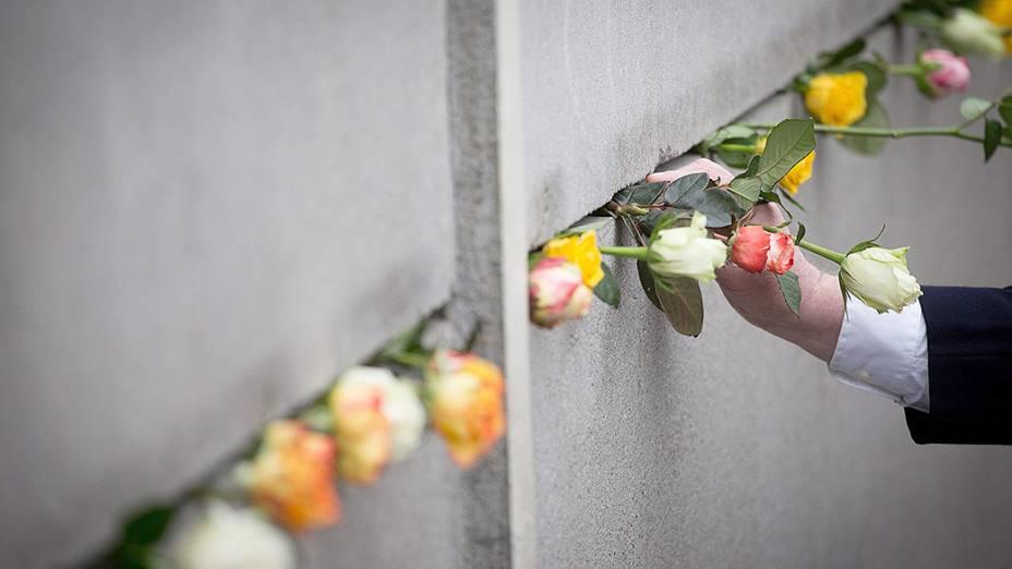 Flores foram colocadas no memorial em Bernauer Strasse, durante uma cerimônia que marca o 25º aniversário da queda do Muro de Berlim - 09/11/2014