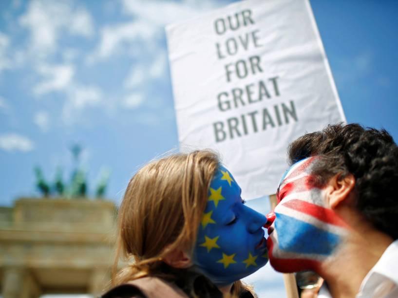 Dois ativistas à favor da permanência do Reino Unido na União Europeia, sem beijam em frente ao Portão de Brandemburgo em Berlim, Alemanha