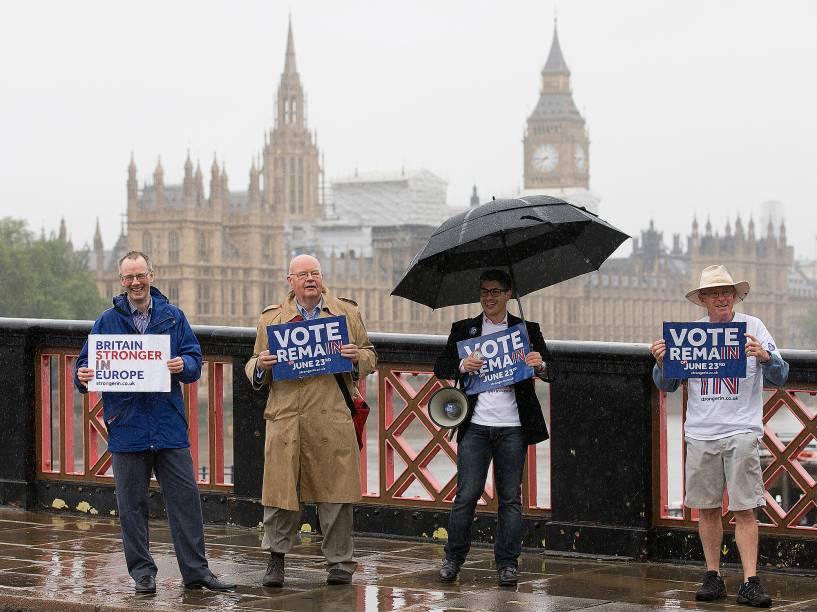 Partidários seguram placas à favor da permanência do Reino Unido na União Europeia, em Londres