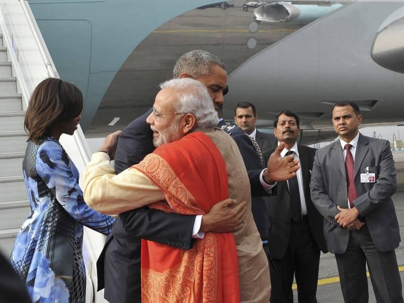 Primeiro Ministro da Índia, Narendra Modi, recebe o presidente americano Barack Obama com um abraço em sua chegada à Nova Délhi, em janeiro de 2015