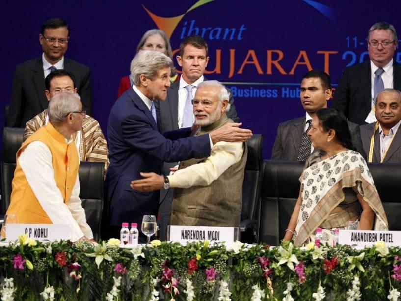 Primeiro Ministro indiano, Narendra Modi, cumprimenta com um abraço o Secretário de Estado americano, John F. Kerry, em janeiro de 2015