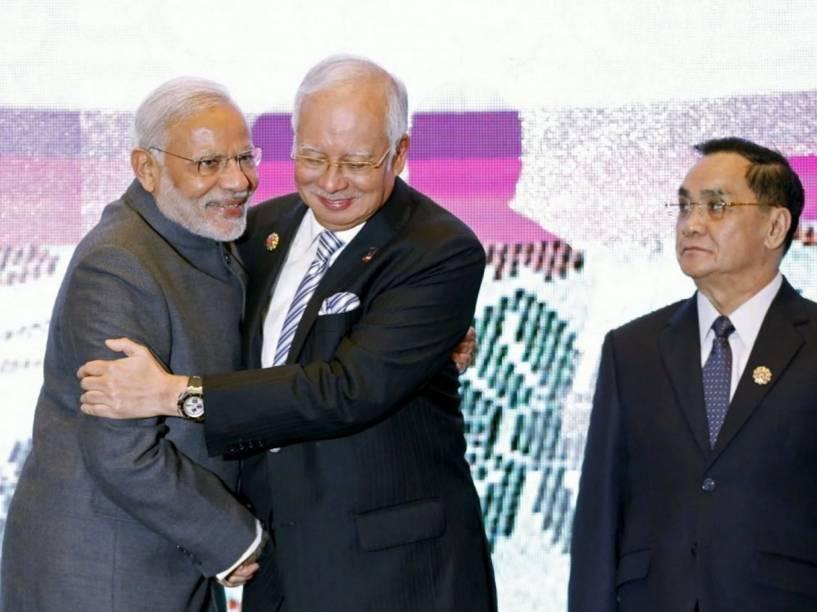 Thongsing Thammavong, Primeiro Ministro de Laos, observa o abraço entre o indiano Narendra Modi e o Primeiro Ministro da Malásia, Najib Razak, durante a cúpula da ASEAN em Kuala Lumpur, em novembro de 2015