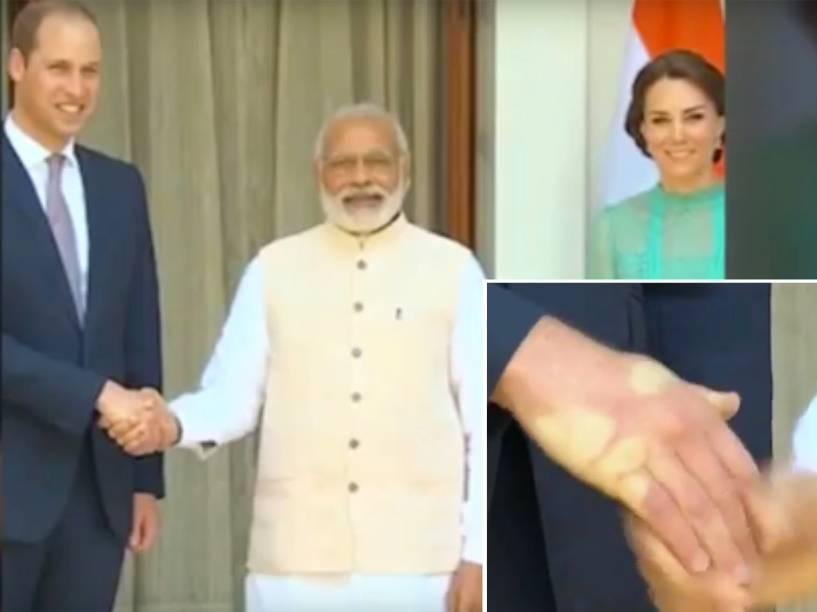 O Primeiro Ministro indiano, Naredra Modi, cumprimenta tão forte o Príncipe William que deixa marcas em sua mão, em abril de 2012