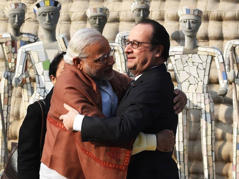 O primeiro-ministro indiano, Narendra Modi, abraça o presidente da França, Francois Hollande, em Chandigarh, na Índia - 24/01/2016