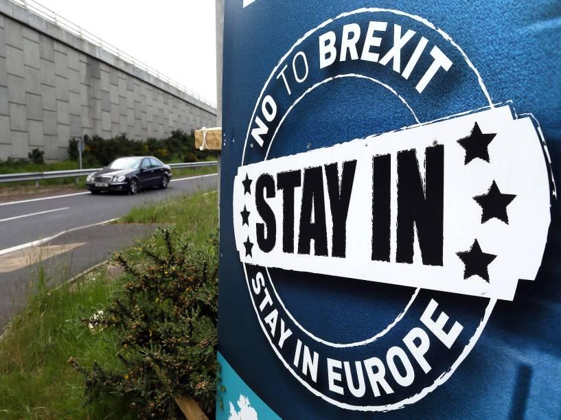 Uma placa pedindo não ao Brexit, é vista em uma rodovia na cidade de Dundalk, na Irlanda