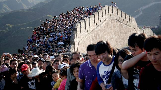 Milhares de turistas visitam a Muralha da China nesta quinta-feira durante o feriado do Dia Nacional do país