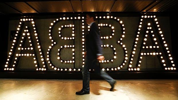 Visitante no museu em homenagem a banda Abba, em Estocolmo, na Suécia
