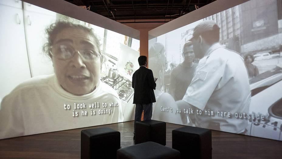 Visitante observa um dos trabalhos em Exposição no Museu de Arte do Rio (MAR)<br>
