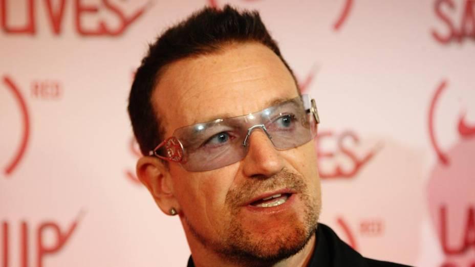 Bono Vox já tratou do conflito entre irlandeses católicos e protestantes em suas músicas e luta pelo perdão das dívidas dos países africanos. Na foto: Bono Vox participa de evento para ajudar as vítimas da aids