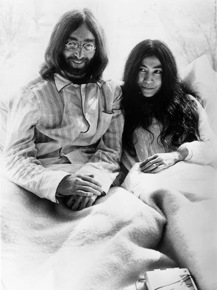 Lennon passou a lua de mel com a mulher, Yoko Ono, numa cama, protestando em favor da paz.