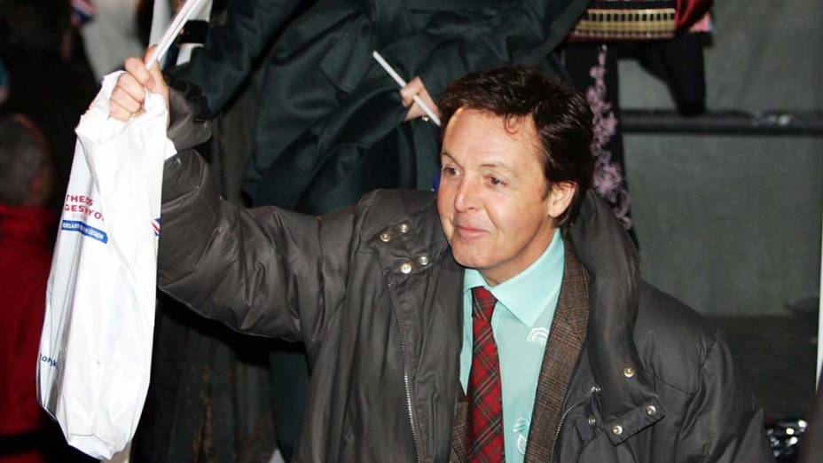 Paul McCartney doou 240 mil dólares para vítimas de minas terrestres e encampou uma campanha mundial pedindo a extinção desses artefatos de guerra. Na foto: McCartney participa de evento em comemoração aos 60 anos do fim da II Guerra Mundial
