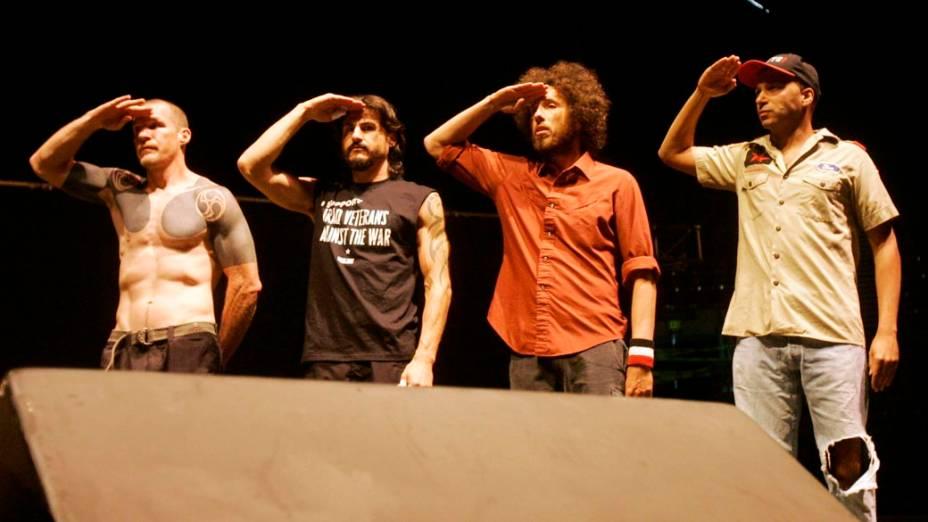 Rage Against The Machine: a banda notabilizou-se por defender o socialismo em suas letras e atacar o capitalismo selvagem, muito embora ganhe milhões de dólares com shows e músicas tocadas no rádio. Na foto: integrantes da banda cumprimentam veteranos durante um show anti-guerra