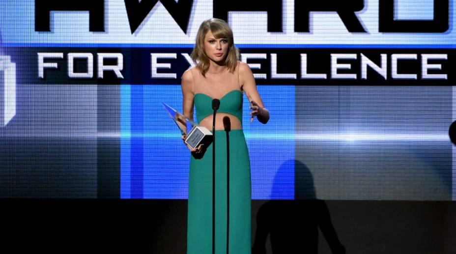 Taylor Swiftlevouo prêmio de honra Dick Clark Award For Excellence no AMA 2014