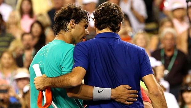 Rivais cordiais: Nadal abraça Federer após ampliar vantagem no restrospecto contra o suíco no torneio de Indian Wells, em março de 2013
