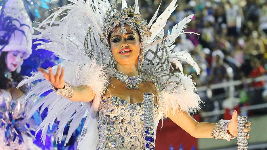 A atriz Nanda Costa, destaque em alegoria da Beija-Flor durante desfile na Marquês de Sapucaí