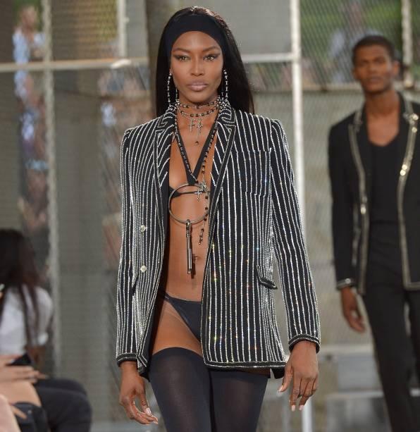 Naomi Campbell desfila para grife Givenchy coleção primavera/verão 2016, em Paris, na França