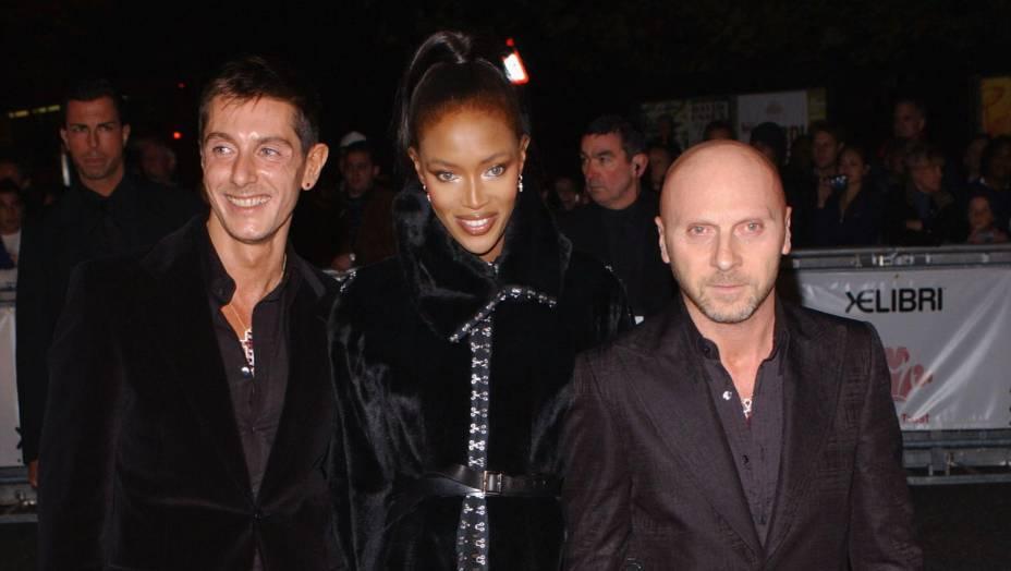 A modelo Naomi Campbell entre os estilistas italianos Domenico Dolce e Stefano Gabana