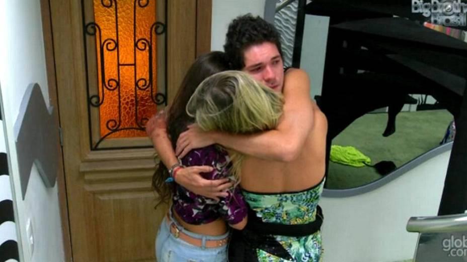 Nasser abraça Fernanda e Andressa aos prantos, pouco antes da final do BBB13