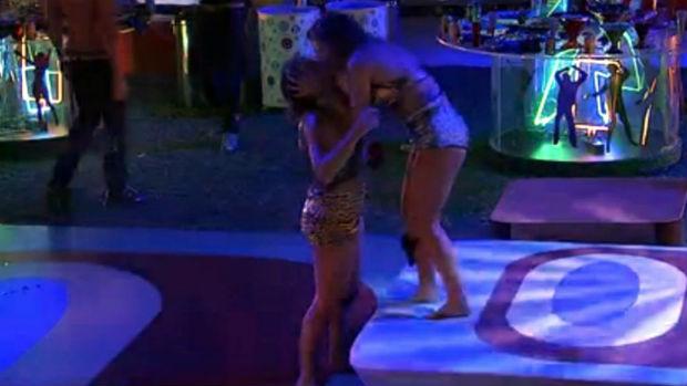 Natália e Fani trocaram beijos e carícias durante a festa