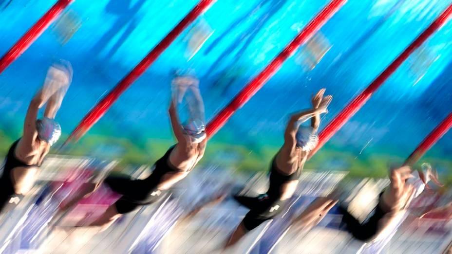 Atletas participam das eliminatórias femininas do 200m peito no Campeonato Europeu de Esportes Aquáticos, realizado em Budapeste, na Hungria
