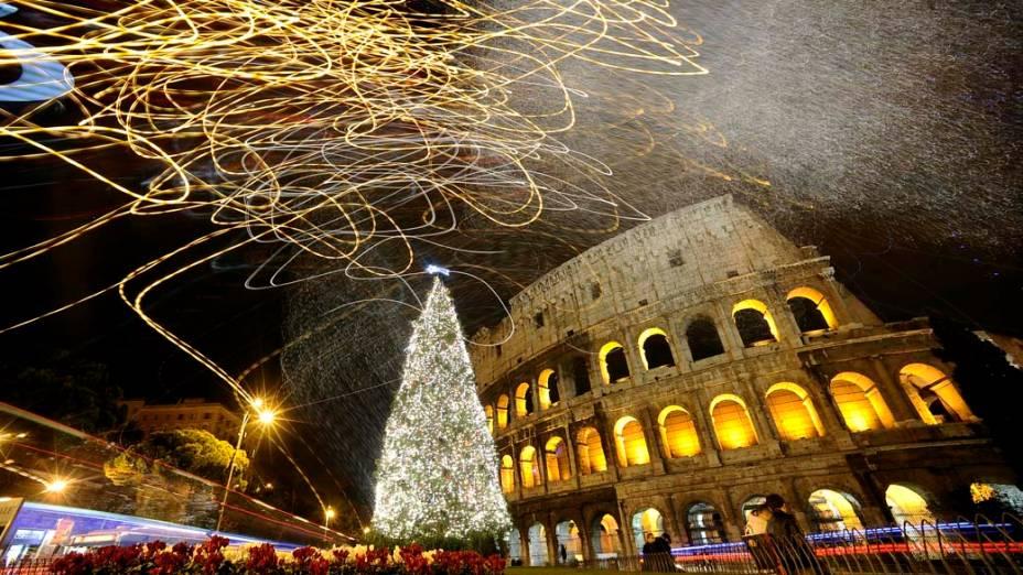 Decoração de Natal na frente do Coliseu em Roma, Itália