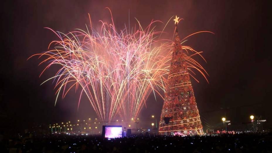 Decoração de Natal e fogos de artificio em Puerto Princesa, Filipinas