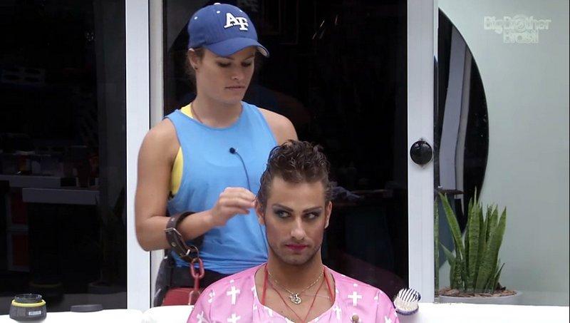 Natália ajuda o brother Elieser a se produzir