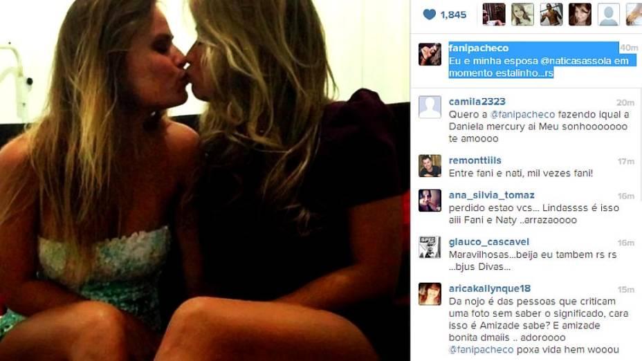 Fora da casa, Fani publica foto dando selinho em Natália