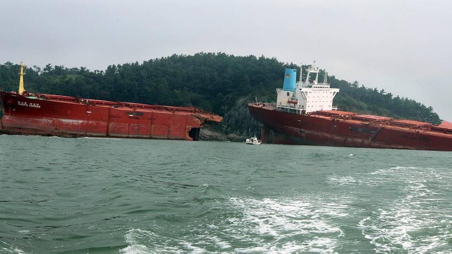Navio cargueiro que levava carvão é visto após rachar em duas partes em Sacheon, a cerca de 440 km de Seul, na Coreia do Sul. A rachadura foi causada pelo tufão Bolaven, que passou pelo local na terça-feira (28)