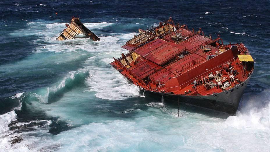 O cargueiro Rena, de onde vazaram entre 130 e 350 toneladas de óleo, permanece preso próximo às praias de Tauranga, na Nova Zelândia