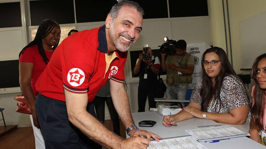 O candidato Nelson Pelegrino (PT), vota na Faculdade de Administração da UFBA, neste domingo (28), em Salvador