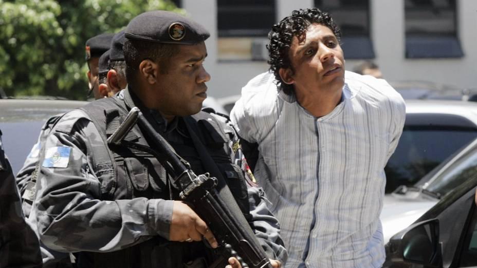 Nem, o traficante que desafiava a polícia do Rio e a Justiça, é conduzido para o blindado Caveirão, da PM, para ser levado para o presído de Bangu 1